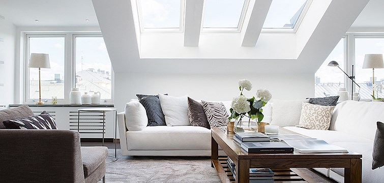 Högt i tak, sekelskifte, fönster som räcker sig från golv till tak och luftiga ytor - visst vill man åt lägenheten som har alla de där egenskaperna? Ja, men smakar det så kostar det. Här har vi listat 3 topplägenheter i Stockholms mest eftertraktade områden.