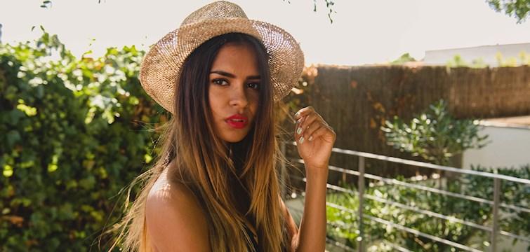 Hon är bosatt i Barcelona, älskar mode och fotografering samt läser till ekonom. Idag välkomnar vi vår nya bloggare Emelie Natasha.