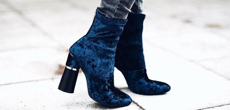 Aksamit jest jednym z najmodniejszych materiałów w tym sezonie. Wszystko zaczęło się od chokerów, później pojawiły się bluzki, spódnice, sukienki... A co z najważniejszą częścią kobiecej garderoby? Najwyższy czas na buty!