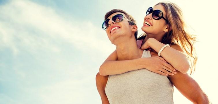 Hur vet man egentligen om killen man är intresserad av känner likadant tillbaks? Här nedan listar vi 9 säkra tecken!