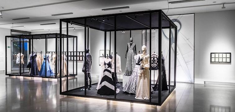 Lars Wallin firar 25 år som designer med jubileumsutställningen Fashion Stories på Artipelag. Mellan 4 november och 12 mars erbjuds besökare möjlighet att beskåda couture-plagg för fest, bröllop och scen från Lars Wallins prisade karriär som designer.