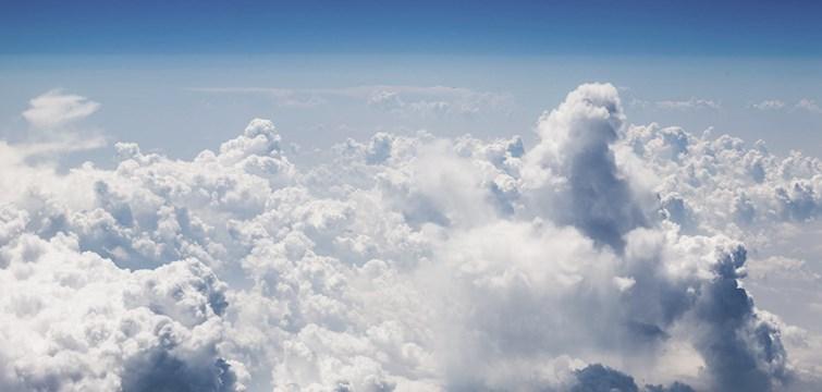 För här sitter jag, tiotusen meter upp i luften och tänker på dig. En krönika om kärlek och nostalgi.