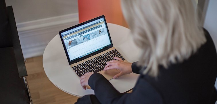 Att blogga på språng är väldigt smidigt och enkelt med Nouw-appen. Ännu smidigare är det att du också kan skriva och spara blogginlägg när du är offline. Här berättar vi hur!