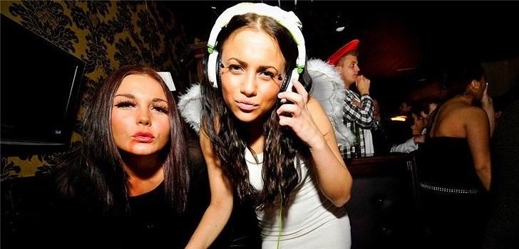 De bestämde sig för att snurra skivor skulle bli deras grej. Sedan började de även blogga tillsammans. Bakom Veckans blogg här på Nattstad hittar vi DJ-tjejerna Josefin och Viktoria.