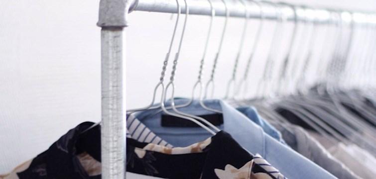 Alle kender et tøj stativ, som er helt fyldt op med tøj, men let's face it  - det er pænere med luft mellem bøjlerne end et proppet garderobestativ.  Eftersom vi (forhåbentlig) nærmer os foråret og senere hen sommeren, så er det et perfekt tidspunkt at få ryddet ud i garderoben. Læs med her og få lidt tips til hvordan det kan gøres bedst muligt.
