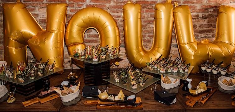 Innan torsdagskvällens storslagna middag så skålades det i bubbel, dansades och bjöds på smarriga snittar på hotell Sixty Six beläget på bästa adress i Warszawa.