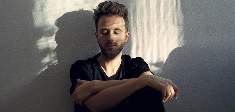 Han är sångare och pianist i bandet Hoffmaestro, har tidigare släppt en låt med sitt ex Little Jinder och idag kan vi äntligen meddela att han släpper sin EP. Vi har fått äran att ha en intervju med Nils Tull, som går via artistnamnet Melo.