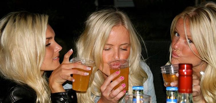Jag tror att jag var precis fyllda 13 år när jag testade alkohol för första gången. Inte för att jag var tvungen utan mer för att det kändes som att det var då man skulle börja. Alla andra gjorde ju det, så varför skulle inte jag?