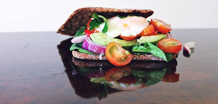 Hur låter ekologiskt rågbröd med stekt ägg, avokado, persilja, rödlök, bladspenat och körsbärstomater? Den perfekta lördagslunchen om ni frågar oss!