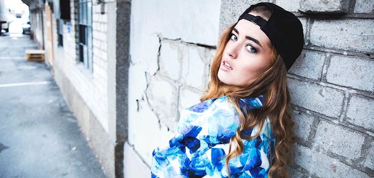 Hon har sjungit duett tillsammans med Sam Smith, bloggar om sin vardag och älskar mode. Veckans blogg här på Nouw är Nora Dùkler.