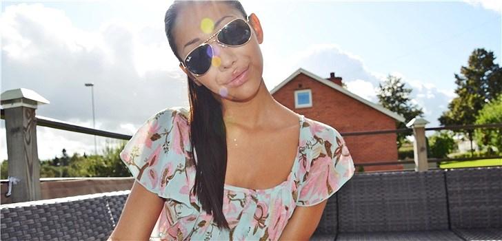 Hon älskar bakelser, men avskyr stora tjejgäng. Tjejen bakom Veckans blogg här på Nattstad är 18-åriga Dewi från Skövde.