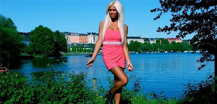 Hon är beroende av klackskor och älskar att resa. Sin blogg beskriver hon som tjejig, positiv och ärlig. Tjejen bakom Veckans blogg här på Nattstad heter Rebecca Edenström och kommer från Stockholm.