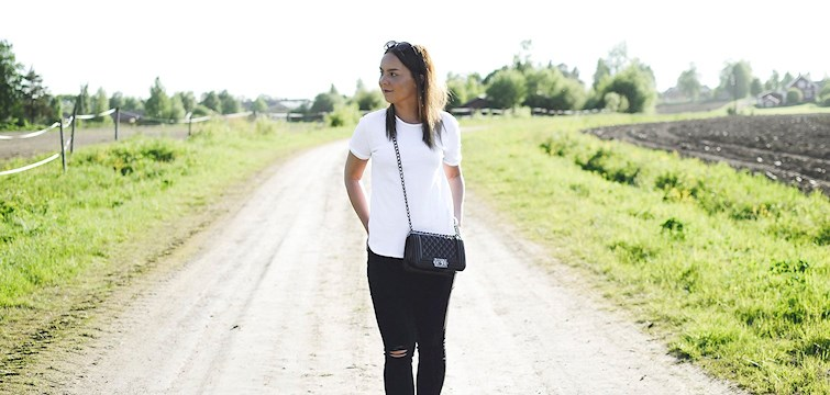 Veckans blogg är Caroline Lundin som bor i Norrbotten där hon spenderar mesta tiden med att blogga och fotografera. I hennes blogg kommer ni få se härliga detaljbilder, inredning och snygga moodboards. Häng med och läs hennes intervju här!