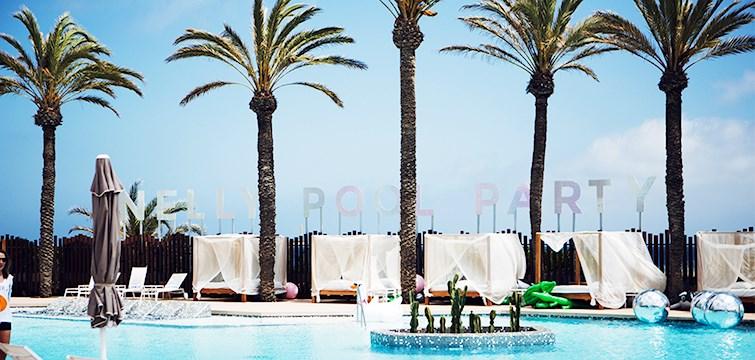 Sol, fest och glada människor. Årets fest skulle man helt klart kunna omnämna Nelly Poolparty på Ibiza som . Vi som inte var där kan bara titta på alla härliga bilder och avundas. Enjoy!