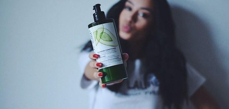 Har du ett torrt och livlöst hår? Är du trött på shampon som sliter på håret och balsam som tynger ner det? Då kan ett rengörande balsam vara något för dig. Just nu kan du vinna en årsförbrukning av Matrix Biolage nyhet Cleansing Conditioner, en revolutionerande rengöring i ett enda steg.