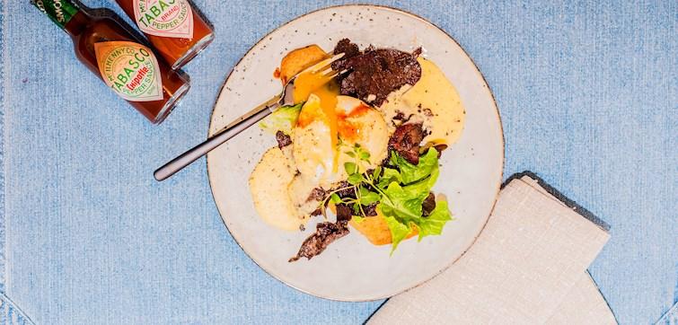 Vad sägs om en matig surdegsmacka med pocherat ägg, renskav och en rökig hollandaisesås? Perfekt till helgens brunchtallrik om ni frågar oss som smakat den!