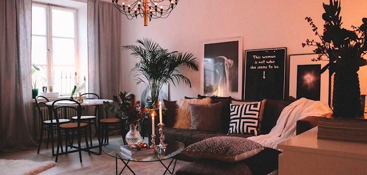 Marmor har domineret 2016. I år forventes det at mere naturlige materialer kommer til at dominere. Hvad vil være det nye sort i vores hjem, hvad hænger fra loftet og møblerne gør en uventet comeback? Vi kender svarene!
