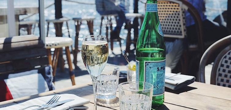 För att man ska vilja spendera x antal timmar på ställen krävs bra kriterier. Te.x bra musik, skönt häng, god mat och läskigt goda drinkar. Utsikten är även den enormt viktig. Här är Joanna Fingals bästa uteserveringar i Stockholm.