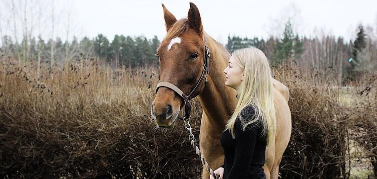 Veckans blogg är hästtokiga Molly Bergh. Hon har ridit i hela sitt liv och har en egen häst som heter Easy. I hennes blogg kommer ni att få läsa mycket om hästar men även om hennes personliga liv.