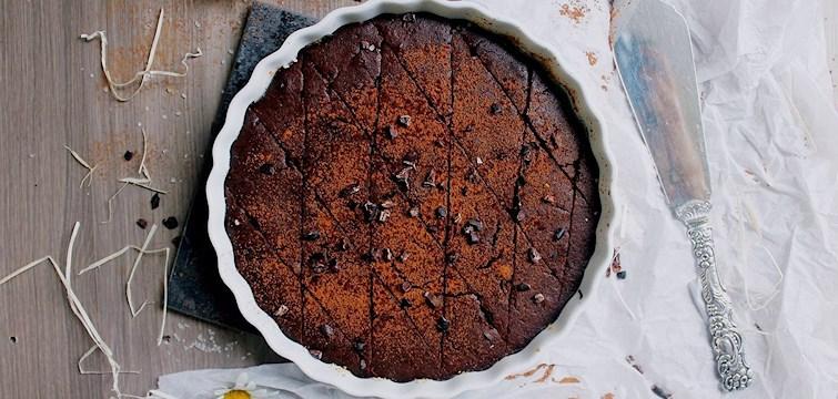 Sugen på lördagsgodis? Här bjuder 100kitckenstories på ett recept till en vegansk & glutenfri choklad brownie tårta.