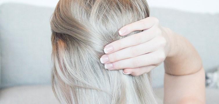 Nå som vintersesongen er her blir håret ofte tørt og mister glansen. Mange tror gjerne at håret er slitt, men med noen enkle tips vil håret ditt se livligere ut enn noensinne.