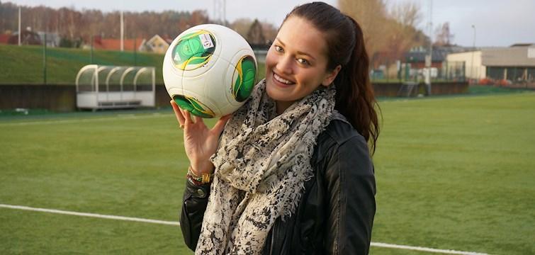 """Hon vann """"bästa sportblogg"""", spenderade sina vinstpengar på en ny kamera och spelar fotboll i svenska landslaget. Julia Wahlberg har sin blogg för att inspirera och dela med sig av sin fullspäckade vardag."""