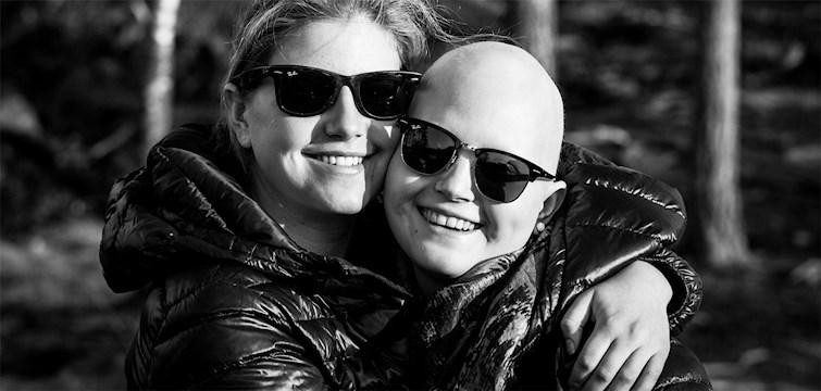 När 25-åriga Natasha Davin drabbades av cancer började lillasyster Philippa följa Natasha genom kameralinsen. Resultatet - en fotoutställning till förmån för cancerforskningen - visas nu i helgen på Brewhouse i Göteborg.