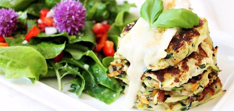 Hur låter vegetariska zuccini- och morotsplättar med smält brieost och färsk basilika serverad med en somrig sallad? Missa inte vår matbloggare 100 kitchen stories super nyttiga recept.