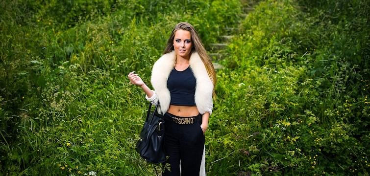 Hon drömmer om ett hus med tio rum och två pooler, äter pulvermos på knäckebröd och beskriver sig själv som en godisgris. Tjejen bakom Veckans blogg här på Nattstad är 18-åriga Amanda Forzlöw.