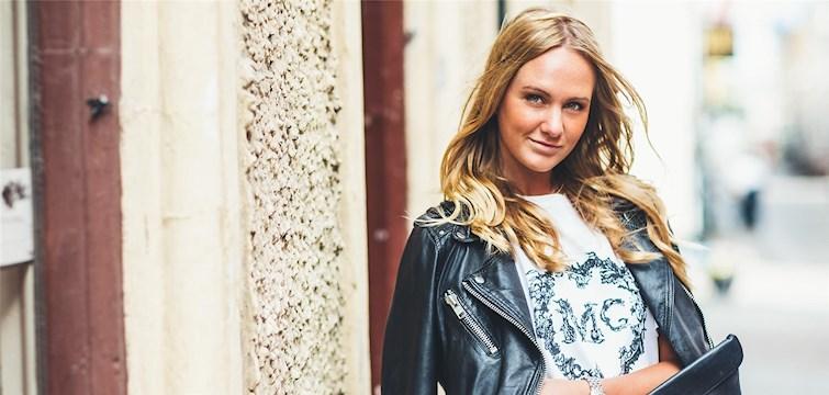 Hon började blogga på grund av Sofie Fahrmans böcker om modebloggaren Elsa, älskar att dansa i skyhöga klackar i Barcelona och flyttar i höst till London. Tjejen bakom Veckans blogg här på Nattstad är 19-åriga Thea Hansson.
