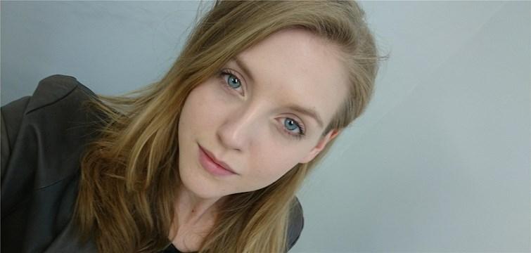 Hon bor i London, beskriver sig som en småförvirrad optimist och hatar att förlora. Tjejen bakom Veckans blogg här på Nattstad är 25-åriga Ina Jensen.