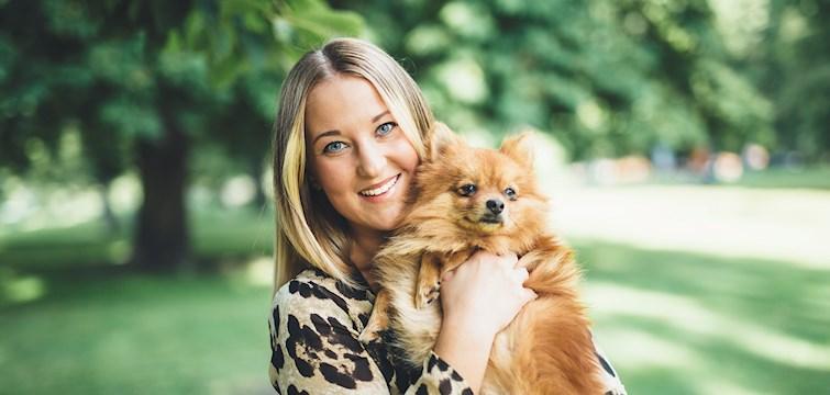 Hon älskar sångprogram som Så ska det låta - och hon älskar att umgås med sin mamma. Tjejen bakom Veckans blogg här på Nattstad är 24-åriga Ebba Lorentsson.