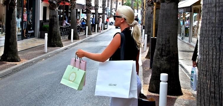 Chanelväskor, macaroons och bruna ben. Nattstads Tyra Stina Mim besöker franska rivieran där det är som bäst, Cannes. Ni kommer att bli guidade igenom allt ifrån lyxiga affärer längst Cannes strandpromenad till lustiga second-hand butiker i stadens smultronkvarter. Häng med och bli inspirerade!