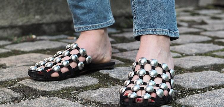 Kan en jente egentlig få nok par sko? Vi tror ikke det. Derfor har vi i redaksjonen samlet 10 par sko som vi drømmer om å ha i skapet akkurat nå. Perfekt til varme dager og sene sommerkvelder - klikk deg inn for å finne din favoritt!