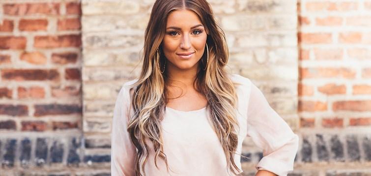 Hon är aktuell i årets Idol, satsar helhjärtat på musiken och delar gärna med sig av sitt privatliv i bloggen. Veckans blogg här på Nattstad är Mikaela Samuelsson.