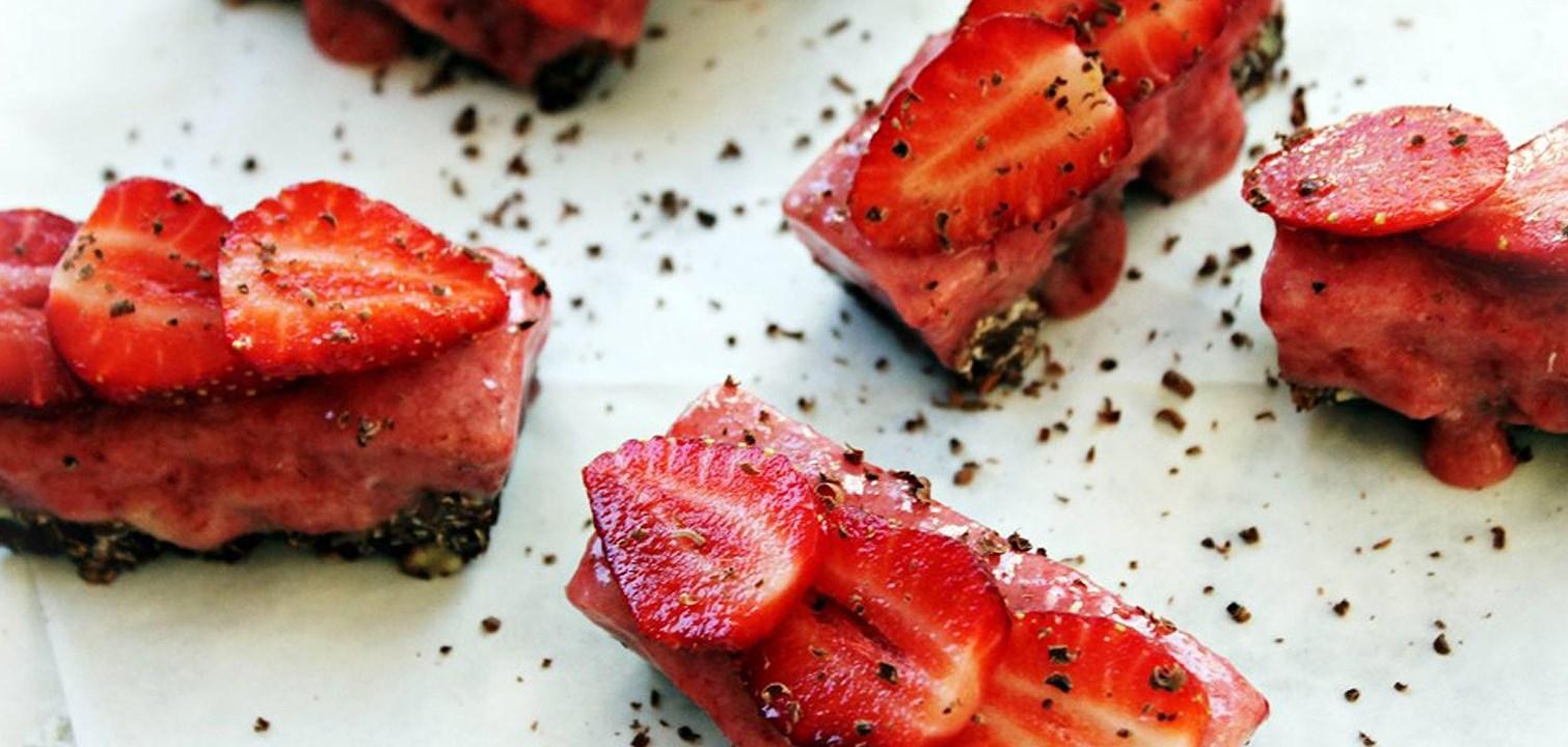 Frusna jordgbubbsrutor med choklad och valnötsbotten