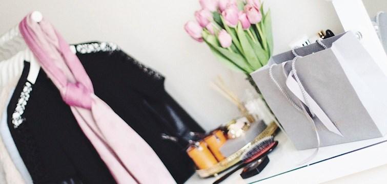 Känner du att din garderob just nu är en aning kaotisk? Då borde du kika in här för att läsa tips och knep på hur du bygger upp den perfekta garderoben!