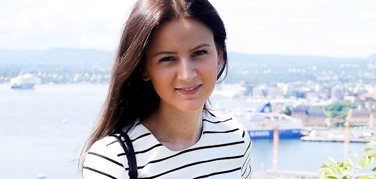Hun er en jente på snart 21 år som er oppvokst i Oslo, men pendler mye til Stockholm. Hun har en stor interesse for mote og jobber også i klesbutikk. Ukens blogg på Nouw denne uken er Linn Isabel Berg-Pettersen.