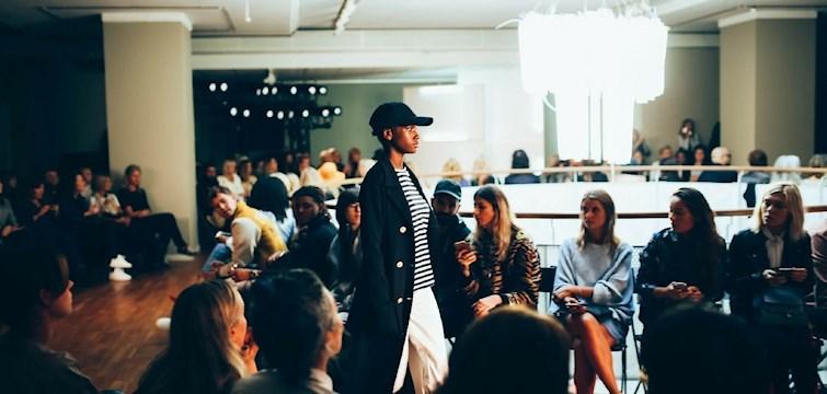 Nouw deltager lige nu til Stockholms Fashion Week sammen med 13 andre internationale blogger. Under disse dage har i mulighed for at følge med på vores rejse. Her er der lige snapshots fra modeugens dag 1!