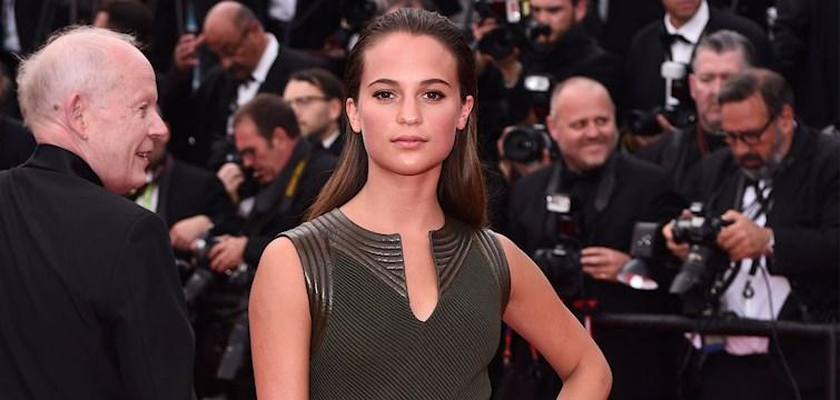Vår svenska filmstjärna Alicia Vikander kammar hem förstaplatsen av Vanity Fairs årliga lista över världens bästa klädda kvinna.