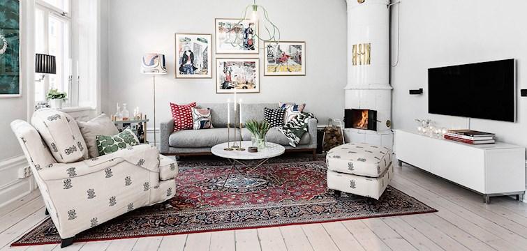 Få saker slår att få krypa upp i en mjuk soffa, i ett hemtrevligt vardagsrum en kall decemberkväll, eller hur? Just nu önskar vi att vi fick mysa med en kopp varm choklad & gott sällskap i något av dessa vackra hem!