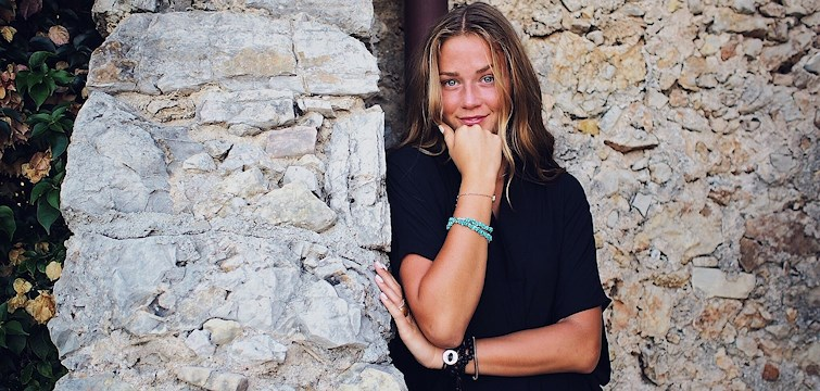 Hon är en glad tös som man alltid ser med kameran i högsta hugg. Hon har tränat friidrott den största delen av sitt liv och i höst flyttar hon till Australien. Veckans blogg här på Nouw är Fanny Nilsson.