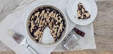 Recept: Karamellpopcorn-tartelett med choklad och valnötter