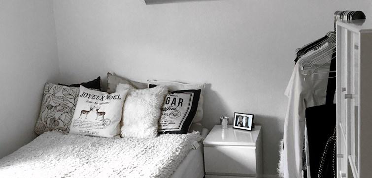 I denne uge har vi fået et kig ind hos Lina Skernby. Hun bor i det yndigste værelse og har i den grad sans for indretning. Det er plaget af minimalisme, men er samtidig rigtig hyggeligt. Kunne du tænke dig at se flere billeder, så læs med her!