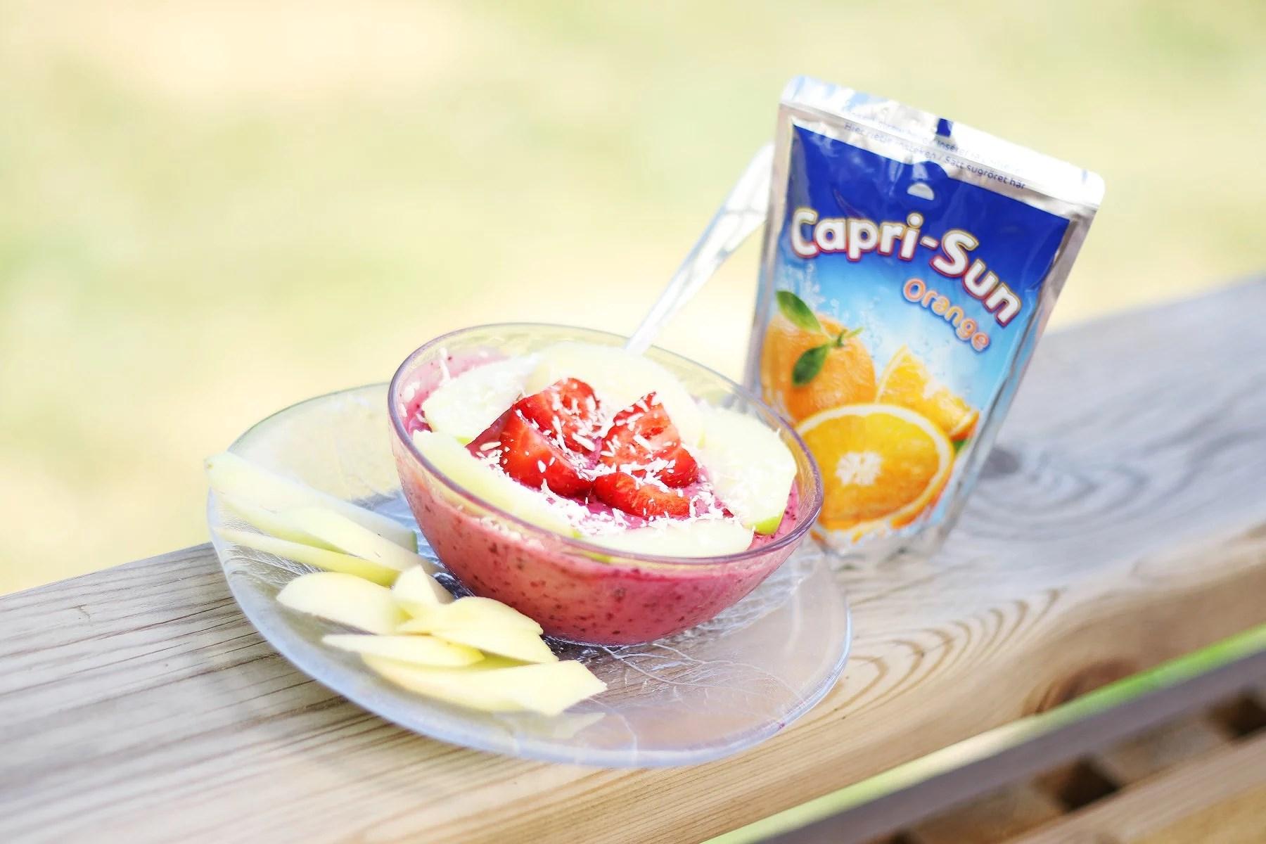 En smoothieskål och lite äpplen