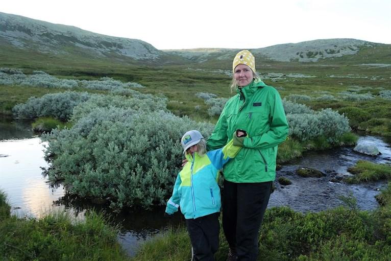 Vandring bestiga Städjan familj med barn tälta vid Nipefjället Dalarna naturreservat skog hemester svemester pengar eller pyssel poserar vid fjällsjö tjärn.