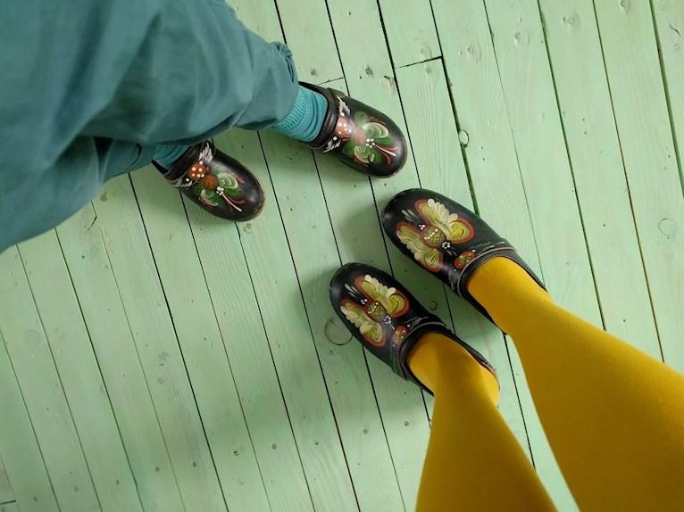 Skolavslutning i loppisfynd och träskor gula strumpbyxor turkos byxor mot mintgrönt retro golv.