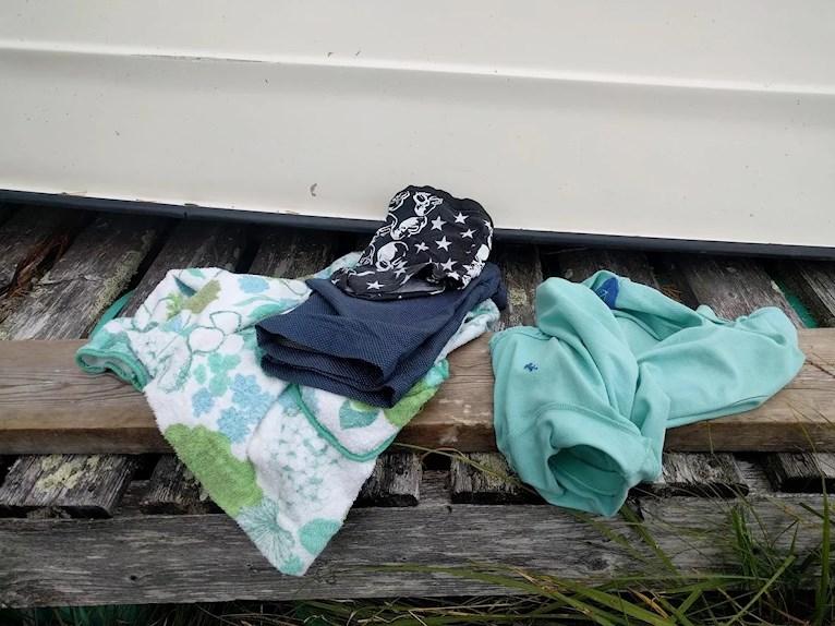 Bad och retro omsydd badrock loppisfynd loppisfyndade barnkläder blommig mintgrön grön frotté barn piké och shorts hemsydda kalsonger med dödskallar.