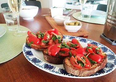 Bruschetta på surdegsbröd, söta tomater och basilika