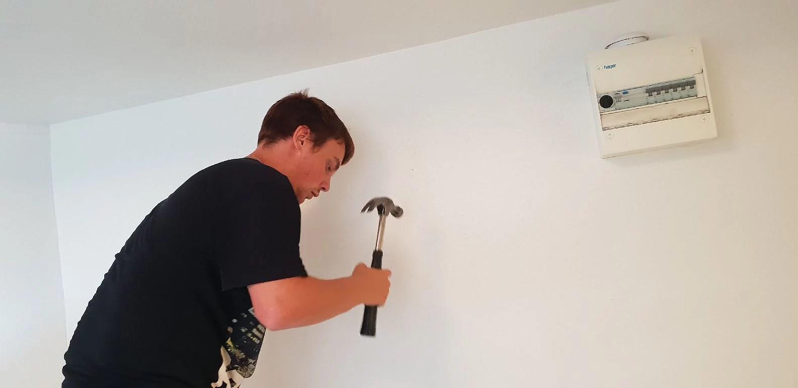 Sätter upp tavlor